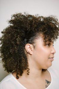 Coupe mi-long cheveux bouclés