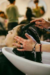 Soin pour cheveux bouclés au salon de coiffure