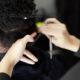 Comment se coupent les cheveux texturés? Secs ou mouillés?