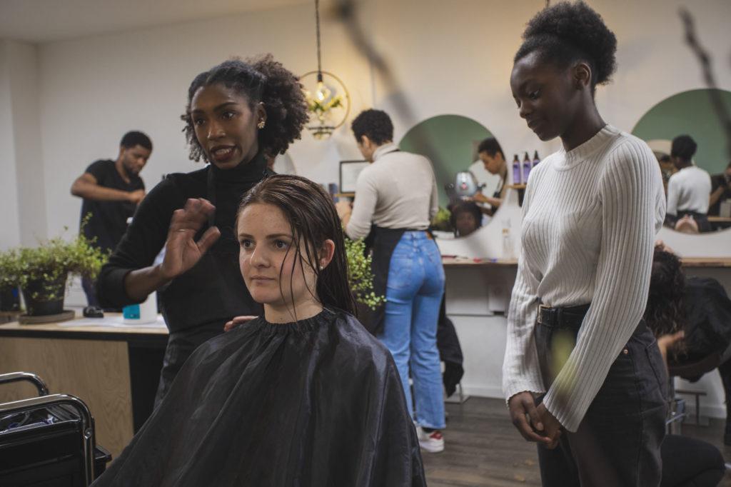 Salon de coiffure coiffure cheveux bouclés