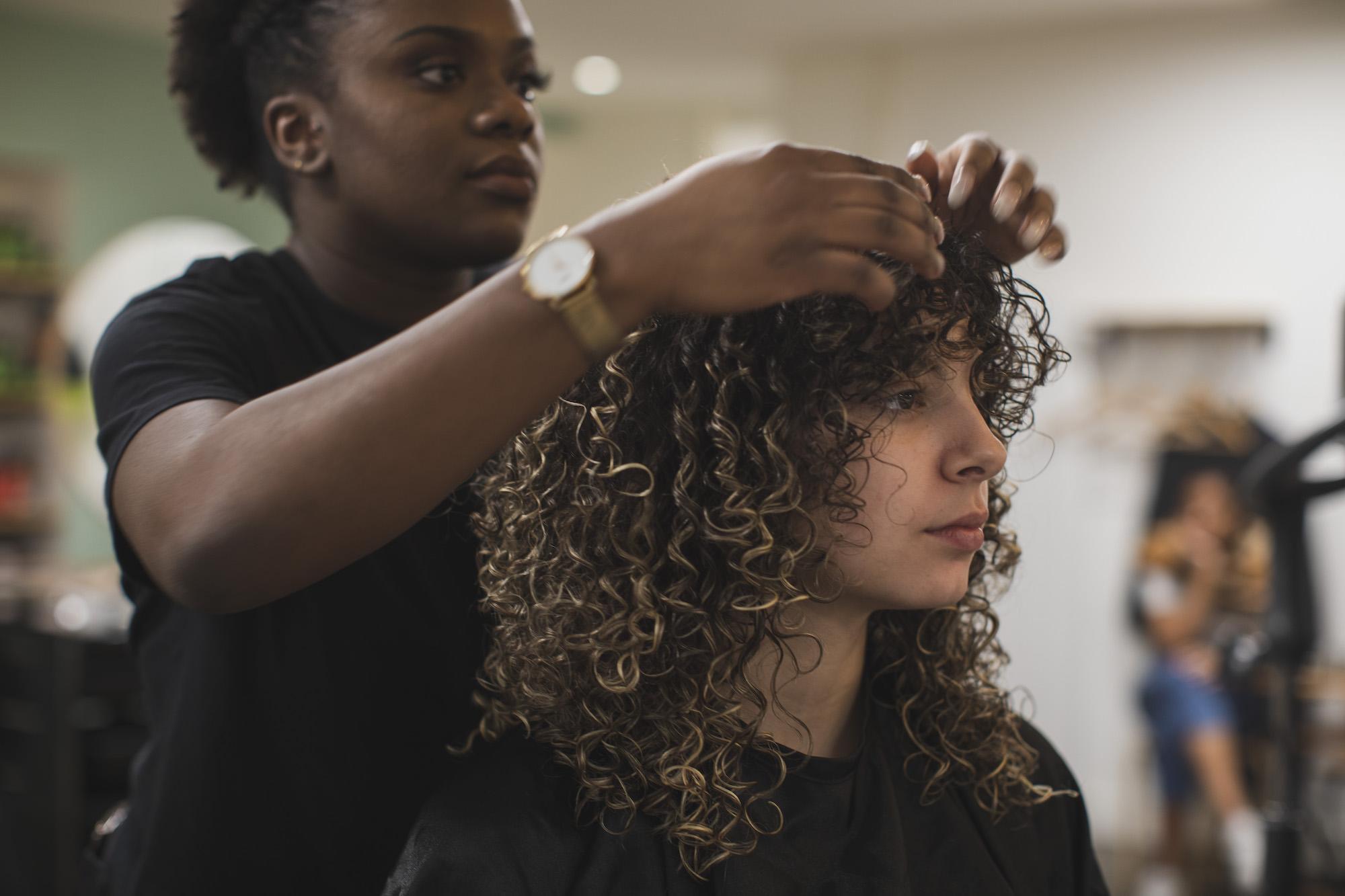 Salon de coiffure cheveux bouclés