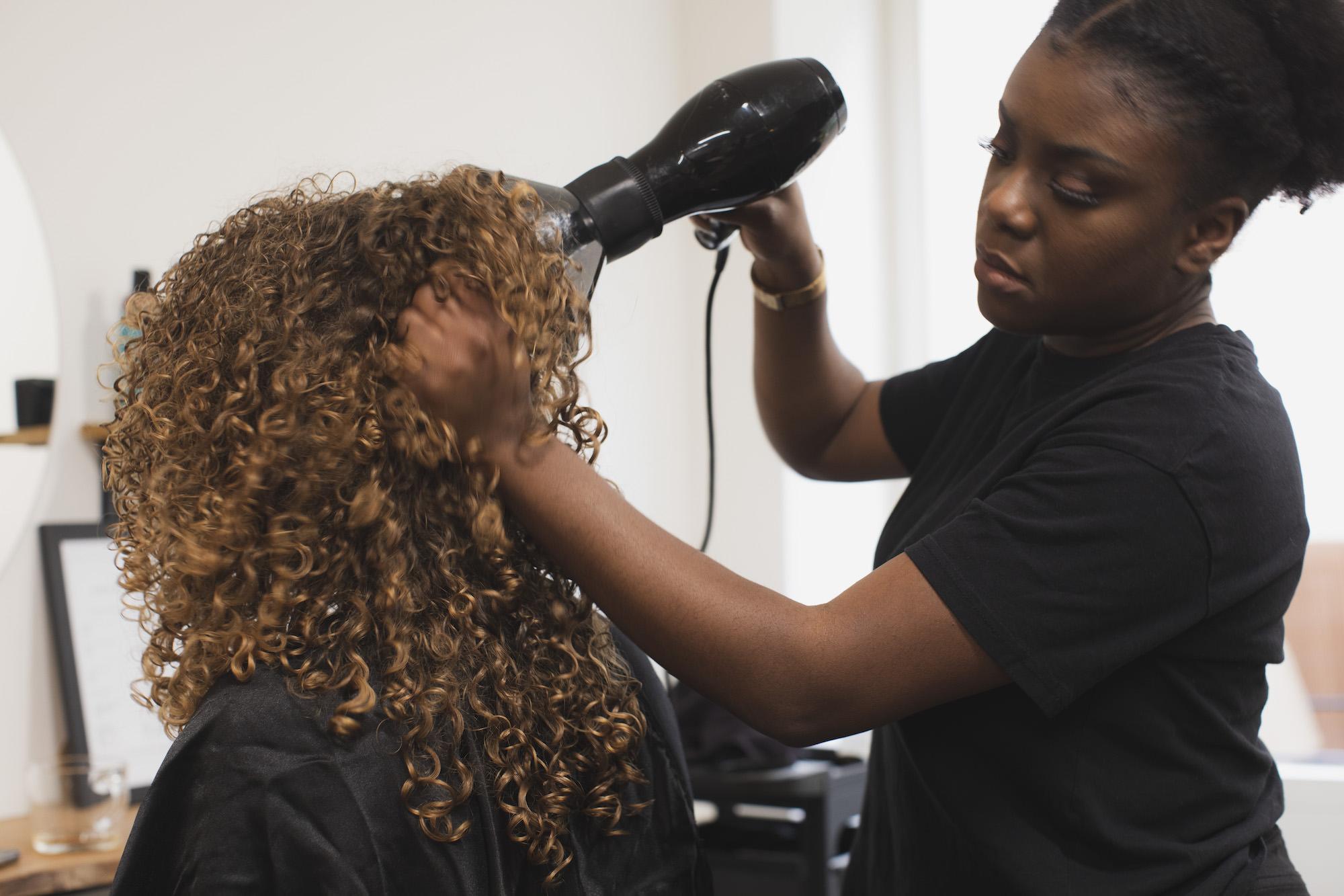 Salon de coiffure séchage cheveux bouclés